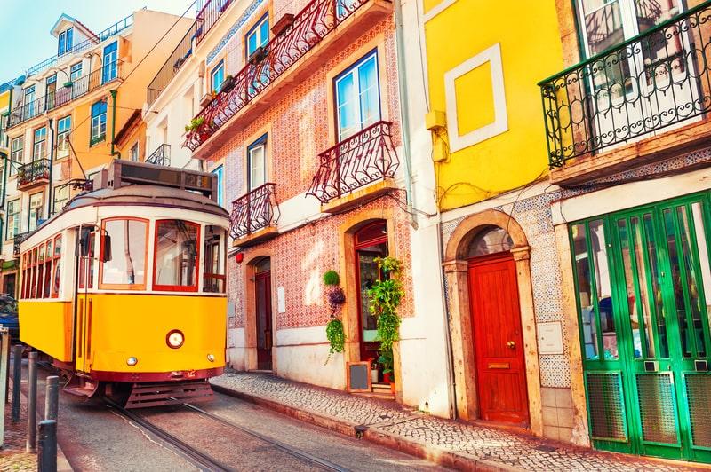 Gul sporvogn i Portugals hovedstad, Lissabon.