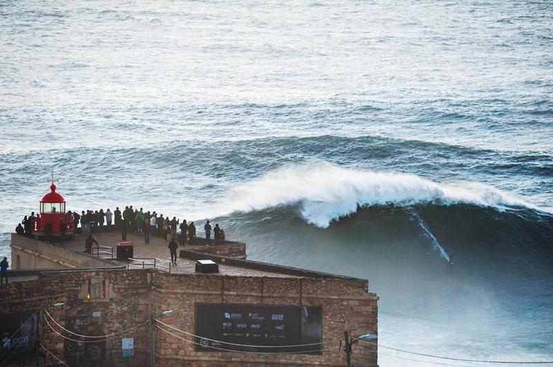 Surfer på 15 meter høj bølge i Nazaré, Portugal